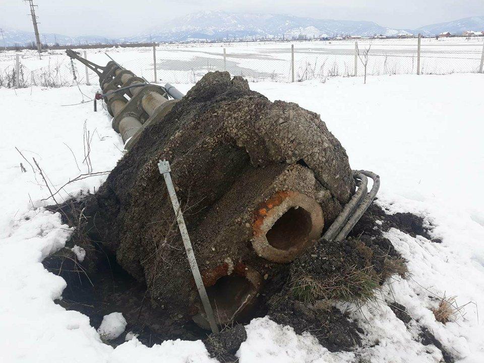 ФОТО : Влажниот снег рушеше челични столбови на ЕВН