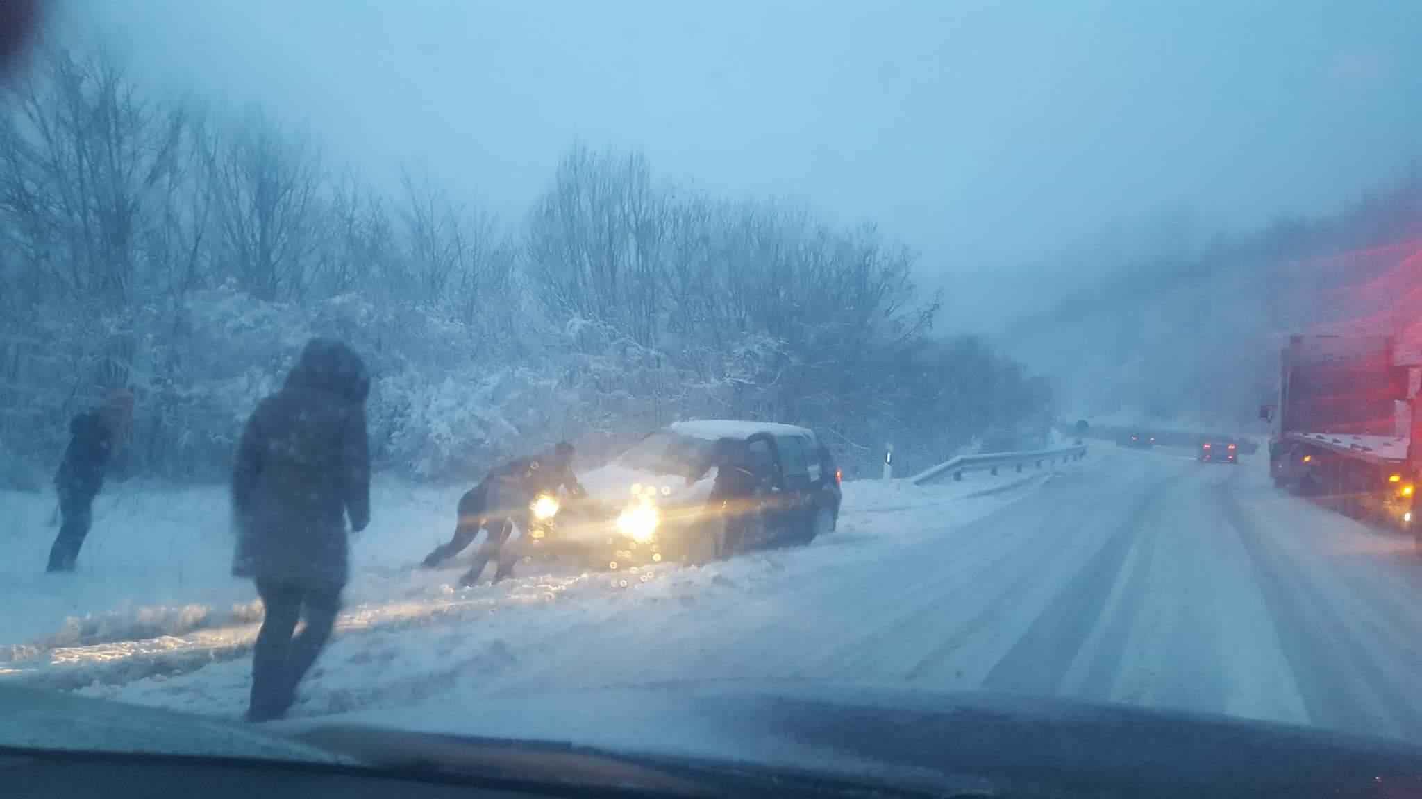 АЛАРМАНТНО: Стража блокирана од камиони и автобуси, зимска служба нема