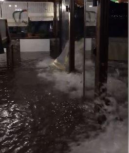 АЛАРМАНТНО – ВИДЕО : Охридско Езеро се излеа, водата влегува во објекти