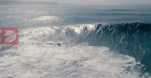 Неверојано видео : Борба на сурферот и брановите