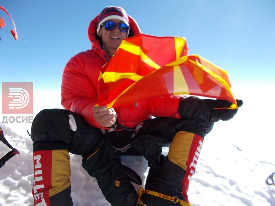 Ги искачи Хималаите, го развеа македонското знаме и загуби два прста!