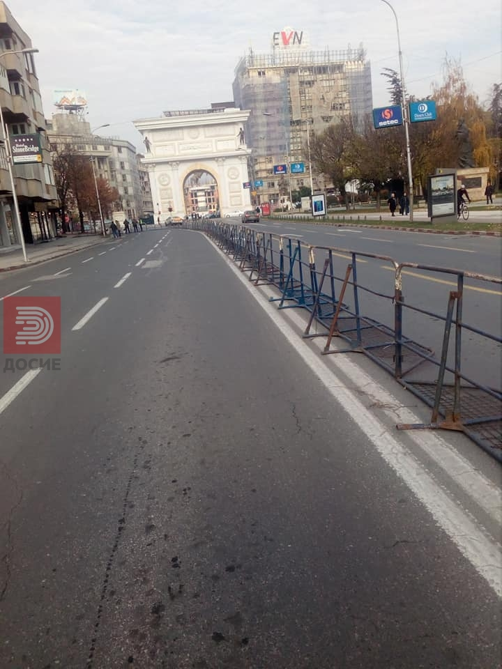 Дупла ограда пред Собрание