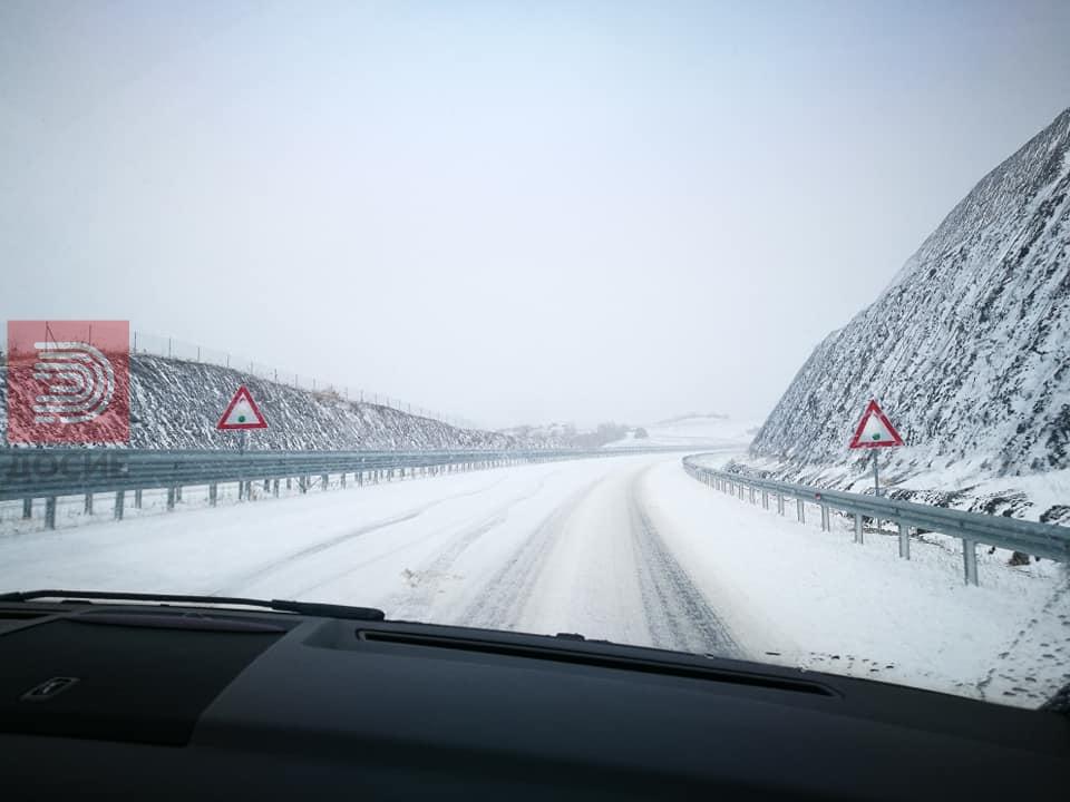 ФОТО: Кон Смоквица смрзнат автопат , на Ѓавато извртени камиони
