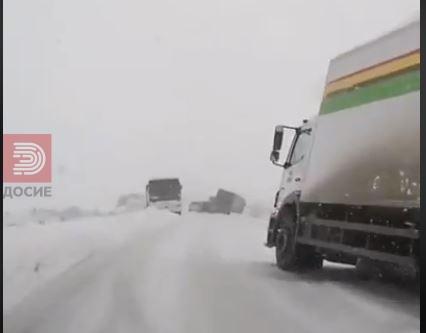 ВИДЕО : Извртени камиони и автобуси – патиштата во Србија