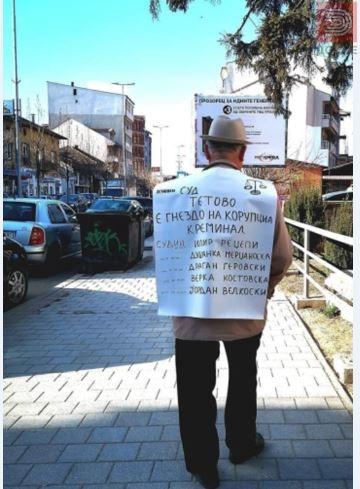 Со елек од хартија протестираше пред суд
