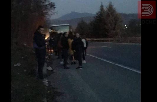 Автобус чадел, патниците панично бегале