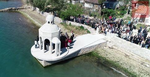 (Видео) Црногорски верници цела ноќ чуваат крстилница, полицијата го опколи