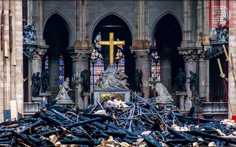 """ФОТО: Крстот во катедралата """"Нотер Дам""""недопрен, најнови фотографии"""
