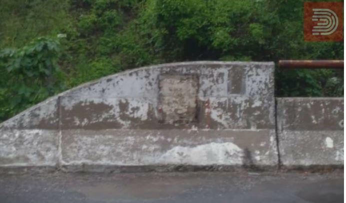Искршена и искорната спомен плочата кај Карпалак