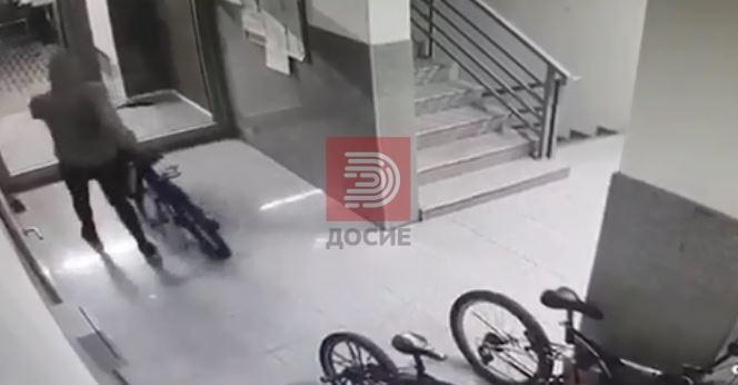 Ексклузивно видео од синоќешна кражба на 4 велосипеди во центарот на Скопје, полицијата немоќна
