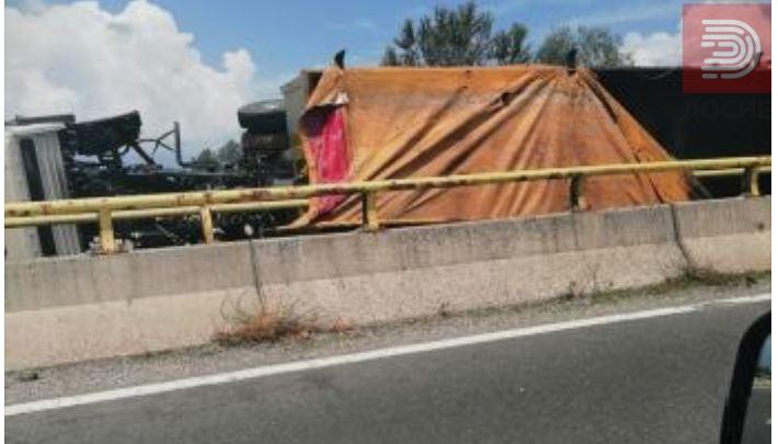 Се преврте камион автопатот кај Тетово блокиран