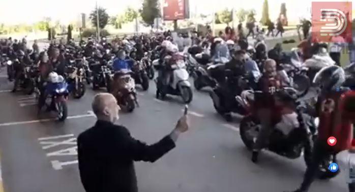 Импресивна глетка: Моторџиите пристигна на скопскиот аеродром и се споија со навивачите