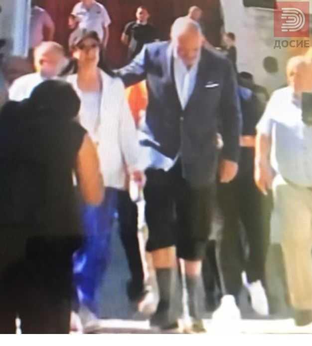 Избори во Албанија: Маж со клашников на гласачко место , Рама со кратки пантолони и високи чорапи