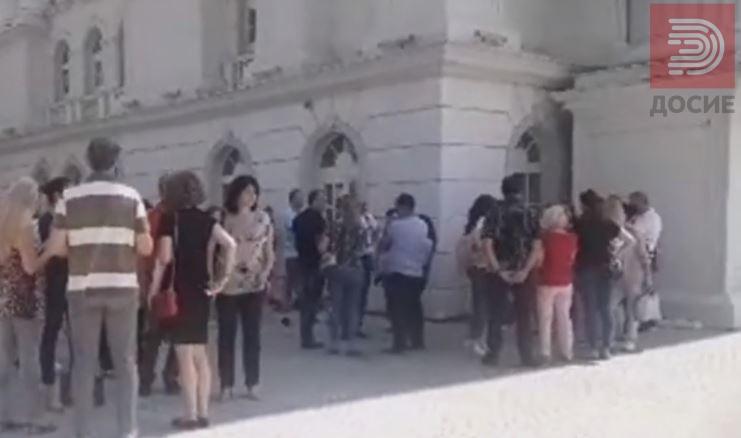 """Родителите на учениците кои се запишуваат во скопската гимназија """"Орце Николов"""" на протест пред Влада"""