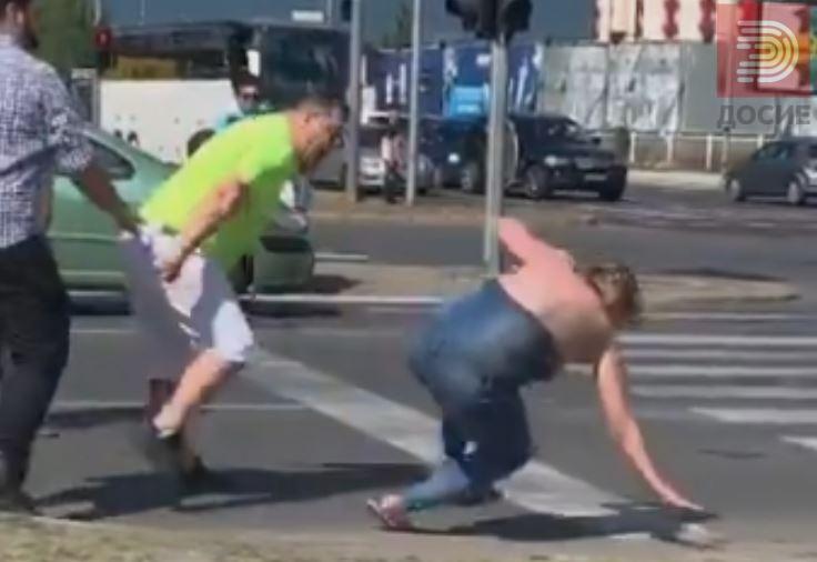 ВИДЕО : Жена нападната од таксист лежи на улица