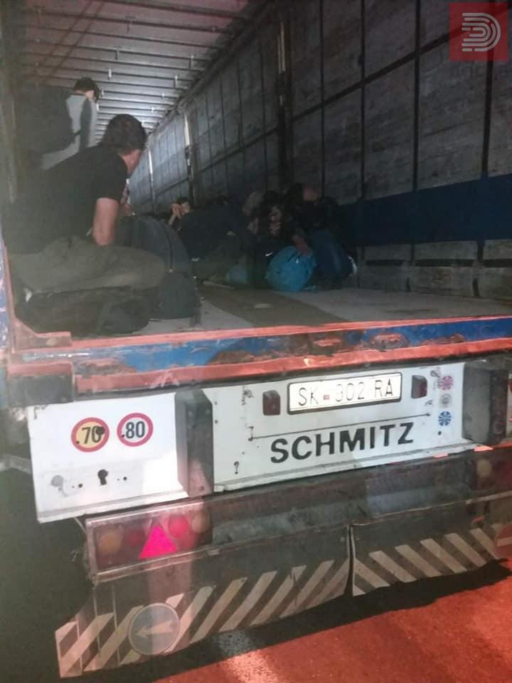 Фото: 45 мигранти во камион – како се илегално се транспортираат луѓе