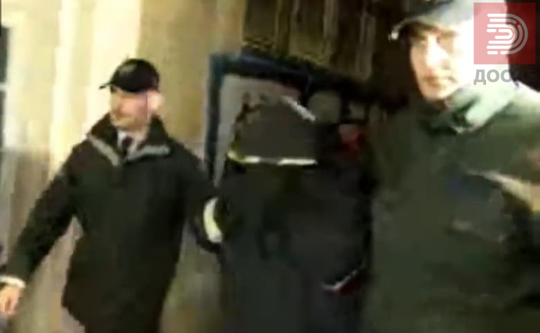 Фото: Катица пристигна маскирана во станот на синот