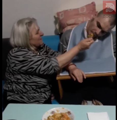 ВИДЕО: Мајка плаче и ги храни двете деца со посебни потреби, не ја доби ветената помош !