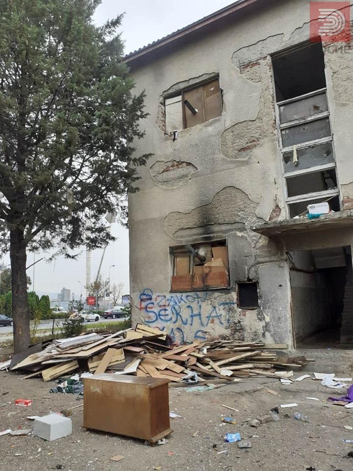ФОТО: Во напуштен објект во Скопје отркиени над 30 диво вселени луѓе