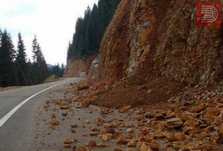 Внимателно – Поради одрон во прекин сообраќајот на патот Маврови Анови – Дебар, кај Сенце