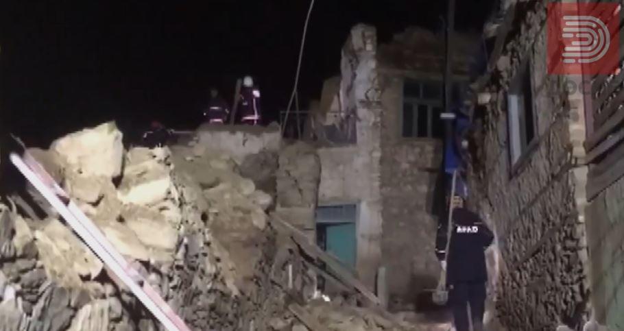 Во земјотресот во Турција загинати 21 лице, над 1000 повредени