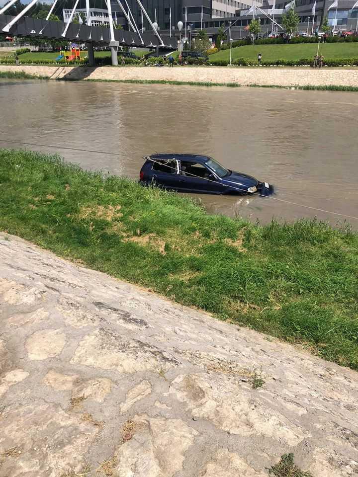 Фото: Извлечено возилото кое утринава падна во Вардар