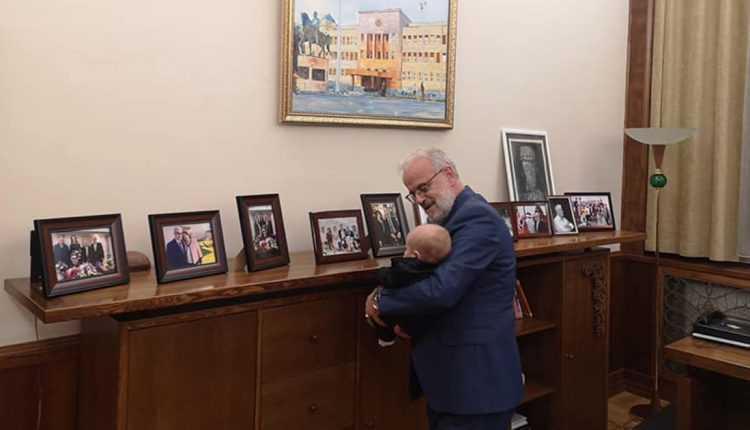 Џафери го донесе внукот во Собрание