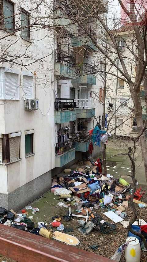 ФОТО: Од стан на починат маж извадени 7 трактори смет