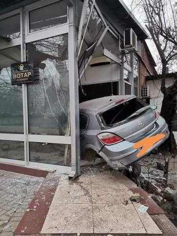 ФОТО: Автомобил влета во нотарска канцеларија