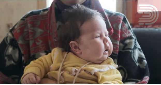 Децата ги лазат муви , бебето пие разредено млеко со вода